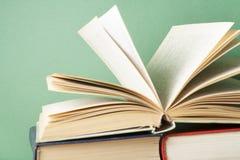 打开书,在木桌上的精装书书 教育背景 回到学校 免版税库存图片