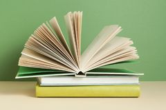打开书,在木桌上的精装书书 教育背景 回到学校 图库摄影