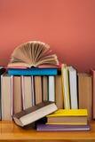 打开书,在木桌上的精装书五颜六色的书 回到学校 复制文本的空间 教育产业概念 图库摄影