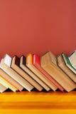 打开书,在木桌上的精装书五颜六色的书 回到学校 复制文本的空间 教育产业概念 免版税库存图片