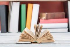 打开书,在木桌上的精装书五颜六色的书 回到学校 复制文本的空间 教育产业概念 免版税库存照片