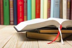 打开书,在木背景的精装书书 回到学校 复制空间 免版税库存图片