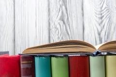 打开书,在木背景的精装书书 回到学校 复制空间 库存照片