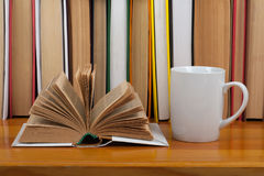 打开书,红色在木桌上的杯子精装书五颜六色的书 回到学校 复制文本的空间 教育产业概念 免版税图库摄影