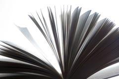 打开书,页振翼 黑色白色 免版税库存图片