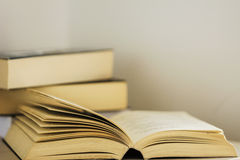 打开书,读时间 图库摄影