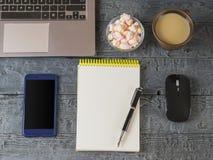 打开了笔记本、膝上型计算机、钢笔和老鼠在一张黑暗的木桌上 黑色剪切设计员监控程序筛选工作场所 库存图片