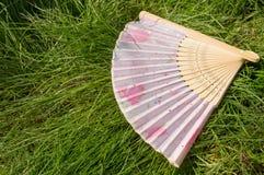 打开了说谎在草,拷贝空间的一个竹爱好者 库存图片