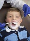 打开他的小男孩嘴宽在口头cavi的检查时 图库摄影