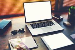 打开便携式计算机和数字式片剂有白色空白的拷贝空间屏幕的对于文本信息或内容 库存图片