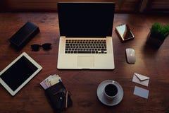 打开便携式计算机和数字式片剂有白色空白的拷贝空间屏幕的对于文本信息或内容 免版税库存图片