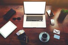 打开便携式计算机和数字式片剂有白色空白的拷贝空间屏幕的对于文本信息或内容 库存照片