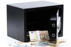 打开保管箱,堆现金金钱,欧元 免版税库存图片