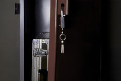 打开保险柜和公文包 免版税库存图片