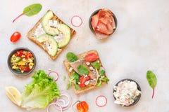 打开全麦的三明治和各种各样的成份 图库摄影