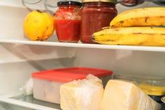 打开冰箱用通常食物 免版税图库摄影