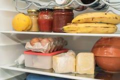 打开冰箱用通常食物 免版税库存照片