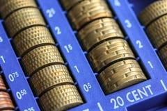 打开包含欧元的许多硬币现金registrer在未加工 免版税库存照片