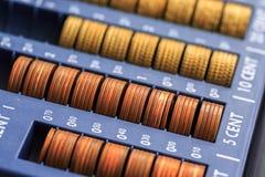 打开包含欧元的许多硬币现金registrer在未加工 库存图片
