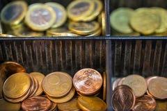 打开包含欧元的许多硬币现金registrer 库存照片