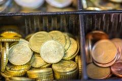 打开包含欧洲ans钞票的许多硬币现金registrer 免版税库存图片