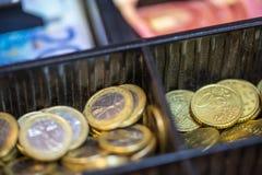 打开包含欧洲ans钞票的许多硬币现金registrer 库存图片
