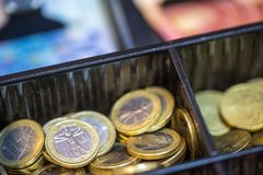 打开包含欧洲ans钞票的许多硬币现金registrer 图库摄影