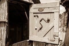 打开半门的toolshed与锤子并且支撑样式钻子 免版税库存图片