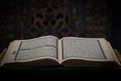 打开古兰经-与清真寺的古兰经书在背景中 库存照片