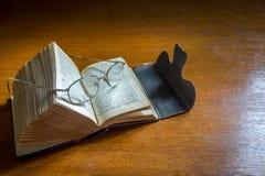 打开古色古香的圣经歌集 库存照片