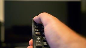打开和关上从遥控的电视 股票视频