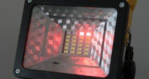 打开和关上的泛光灯明亮地发光和 影视素材