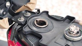 打开和等待油摩托车的汽油箱  免版税库存照片