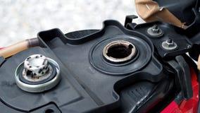 打开和等待油摩托车的汽油箱  免版税库存图片