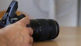 打开和闪动与透镜的固定闪光 拍摄 股票录像