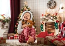 打开圣诞礼物的女孩 免版税库存照片