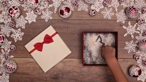 打开圣诞节礼物和画xmas树的手 股票视频