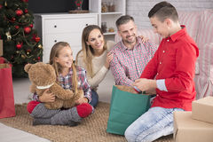 打开圣诞节礼物的孩子 免版税库存照片