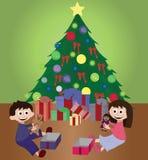 打开圣诞节礼物的孪生 免版税库存图片