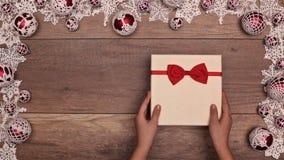 打开圣诞节礼物的手显露棒棒糖礼物 影视素材