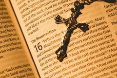 打开圣经和银色耶稣受难象 免版税库存照片