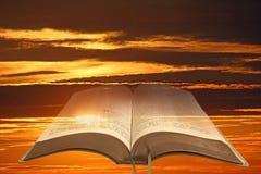 打开圣经天空背景 免版税库存照片