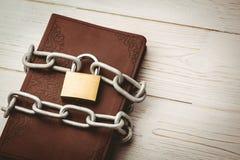 打开圣经束缚与锁 库存图片