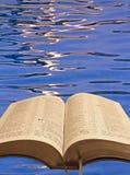打开圣经水波纹 库存照片