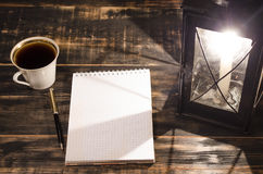 打开在一张桌上的笔记本与灼烧的蜡烛 免版税库存照片