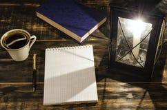 打开在一张桌上的笔记本与灼烧的蜡烛 免版税图库摄影