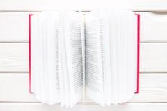 打开在一本红色精装书的书与被弄脏的文本 图库摄影