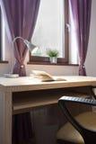 打开在书桌上的书 免版税库存照片