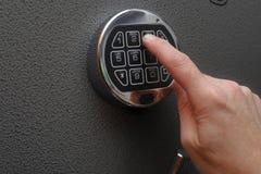 打开在保险柜的手数字式锁 免版税库存照片