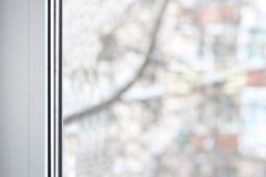 打开在冬天背景的塑料乙烯基窗口 库存照片